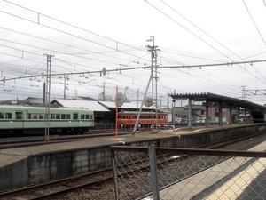 平田駅構内のレトロな電車