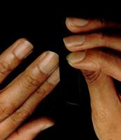 ノコギリ型に磨いた爪