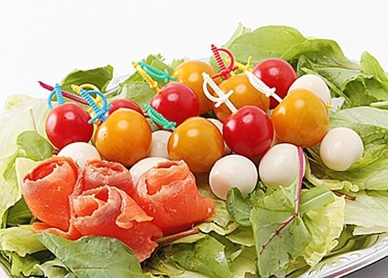 うずらと赤と黄色のプチトマト画像